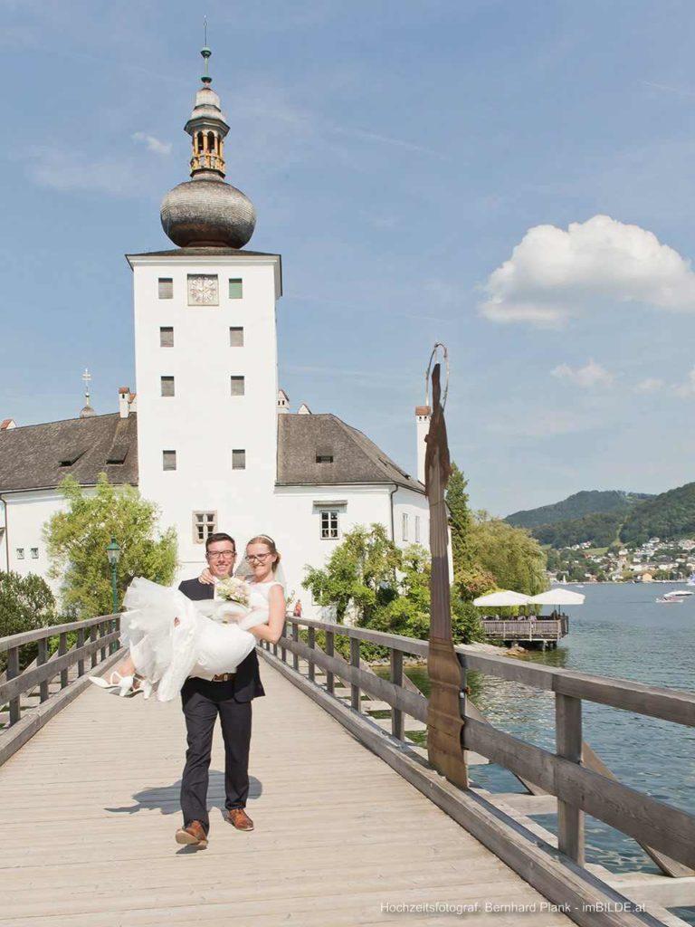 Hochzeitspaar vor Schloss Ort