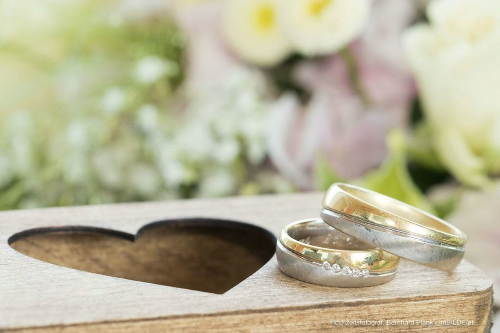 Hochzeitsringe / Eheringe am Ringkissen/ Schachtel fotografiert